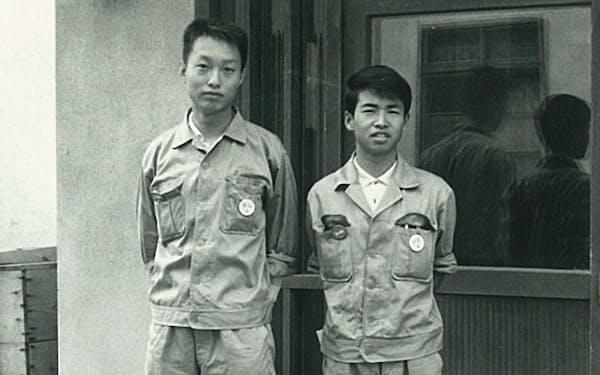 秋田研修時の寮の前で同期と(右が筆者)
