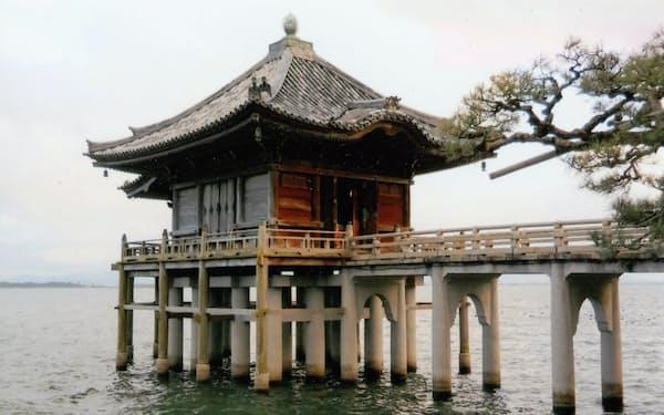 近江八景の一つ浮御堂。青畝は尾根から雨が落ちる風景を詠んだ