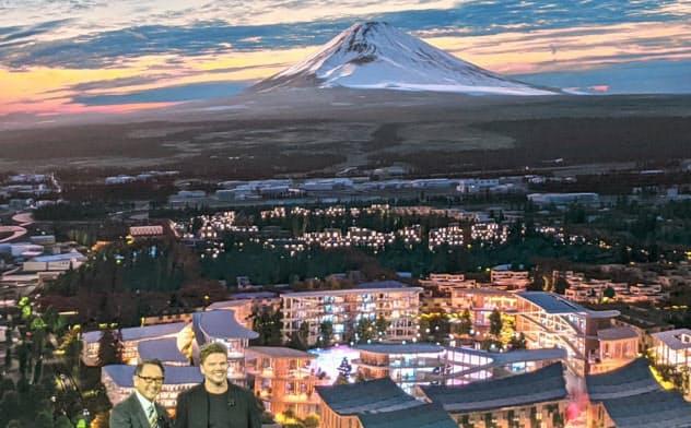 トヨタの豊田社長(左)はCESでスマートシティー構想を明らかにした