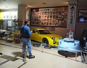 漫画「頭文字(イニシャル)D」の展示コーナーに足を止める観光客も多い