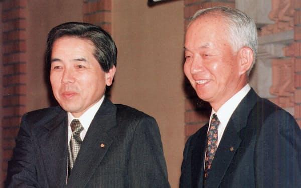 提携会見する原良也・大和証券社長(左)と西川善文・住友銀行頭取