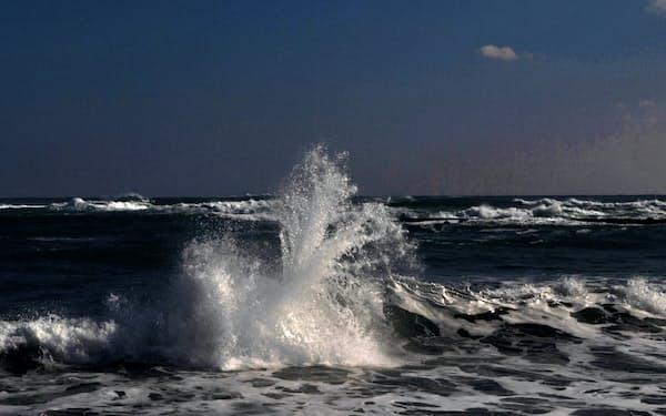 南房総の浜に砕ける波頭(千葉県南房総市、1月)