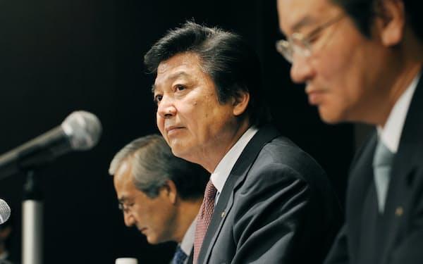 2009年9月に合弁解消を発表した(中央が筆者)