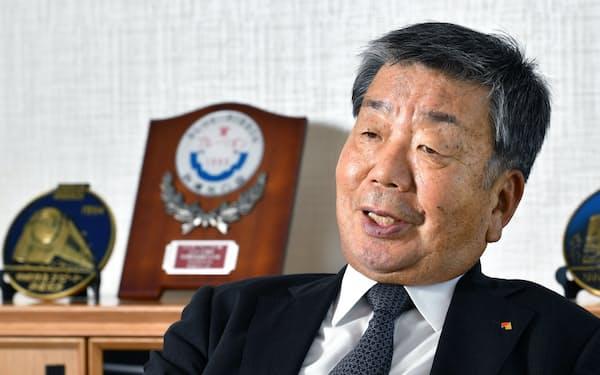 やまなか・まこと 1965年立命館大経卒、南海電気鉄道入社。2001年社長、07年会長、17年取締役相談役、19年から現職。関西国際空港のアクセス鉄道整備と、関空へのインバウンド(訪日外国人)誘致で奔走した。親子2代の鉄道マンだが、12~18年には西日本高速道路会長も務めた。