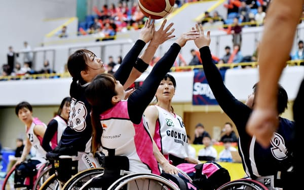 クラブチーム日本一を決める皇后杯の決勝戦で、激しくボールを奪い合う選手たち(神戸市中央区)=大岡 敦撮影