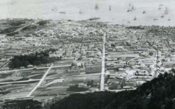 明治期の神戸。中央を走る大通りの山側左手にオリーブ園が見える=アーサー・トムセン氏蔵 神戸市文書館提供