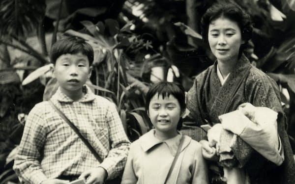 右から母・和子、妹・有喜子、中学1年生の筆者