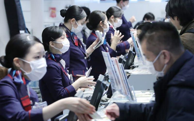 空港カウンターではマスク着用で応対も(1月27日、羽田空港国際線ターミナル)
