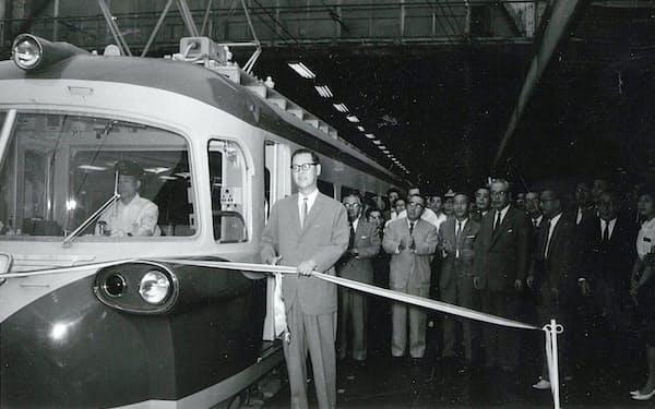 南海電鉄の特急「新こうや号」の出発式でテープカットする壺田修社長(1961年、大阪市のなんば駅)