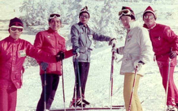 スキーバスでよく志賀高原に行った(長野県山ノ内町、中央が山中氏)
