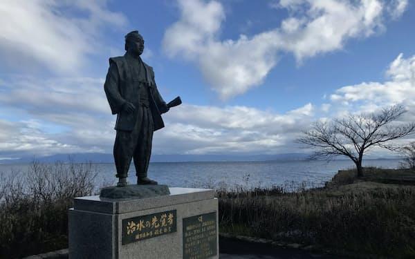 琵琶湖の湖畔には治水に生涯をささげた藤本太郎兵衛のブロンズ像が建つ