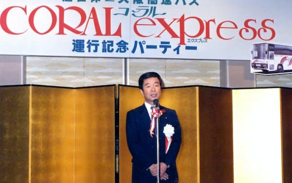 長崎県佐世保市と大阪を結ぶ長距離バスの運行開始を記念したパーティーであいさつ