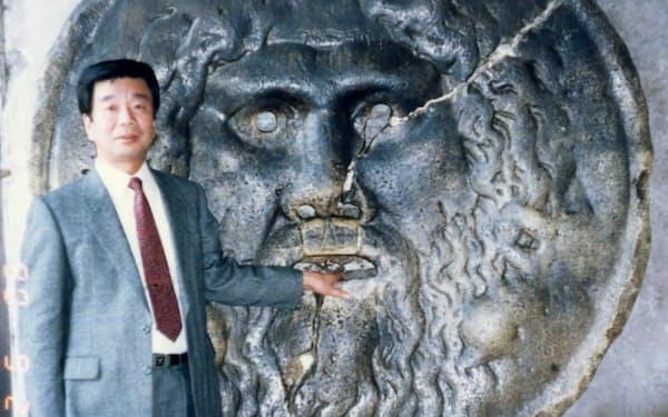 映画「ローマの休日」で有名な「真実の口」に左手を入れる(1990年)