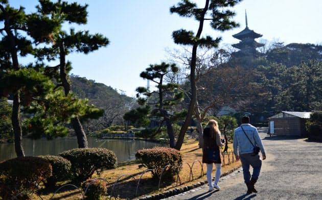 広大な日本庭園を散策しながら、日本の伝統文化や四季折々の自然に触れられる