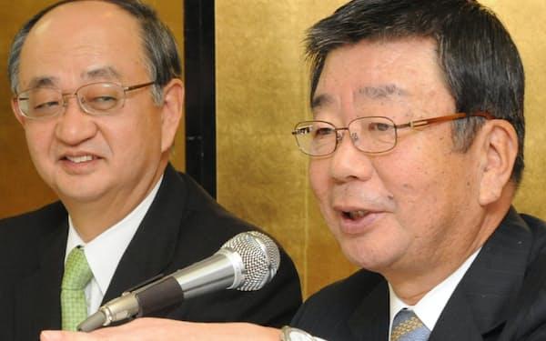 関西経済同友会の次期代表幹事に内定し、会見する山中氏(右)と中野健二郎代表幹事(2008年12月)