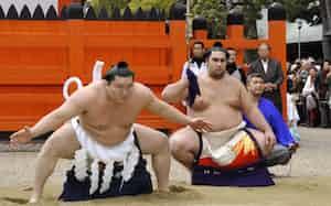 住吉大社に公式としては初の土俵入りをする横綱白鵬(左)(2013年3月2日、大阪市住吉区)