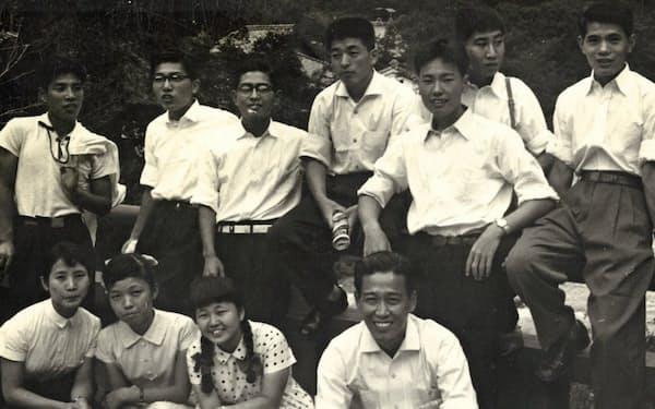 小学校卒業後、金川先生(前列右端)や級友と(後列右から3人目が筆者)