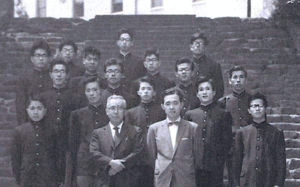 神戸大のゼミ仲間と恩師・田中薫先生(前列左)を囲んで(2列目左から2人目が筆者)