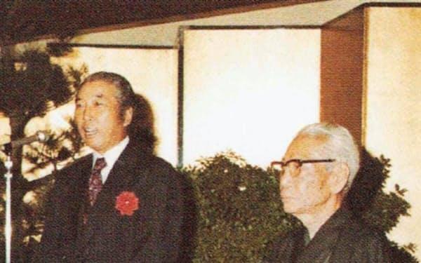 増田義雄氏(右)の「労をねぎらう会」で挨拶するレンゴーの長谷川氏(1978年)