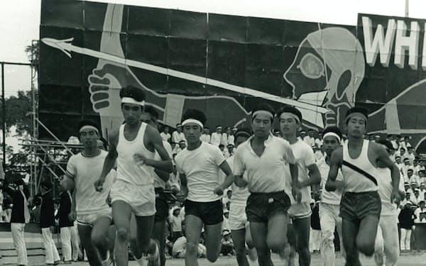 修猷館高校の運動会は生徒たちが運営した(左から3人目が津田氏)