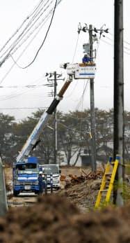台風19号で被害を受けた電線の修復作業(2019年10月、宮城県丸森町)