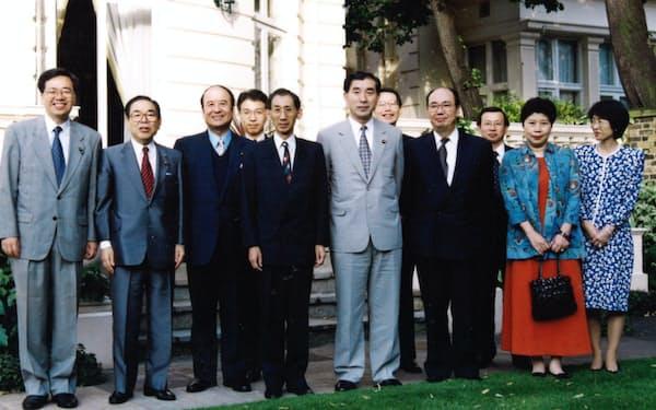 ロンドンの日本大使公邸で国会議員団の案内役を務めた筆者(前列右から3人目)