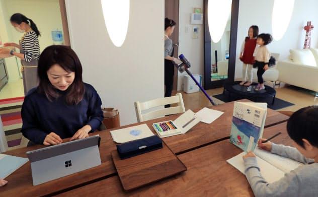 家事は代行サービスに頼み、子どもの勉強をみながらテレワーク(東京都港区)