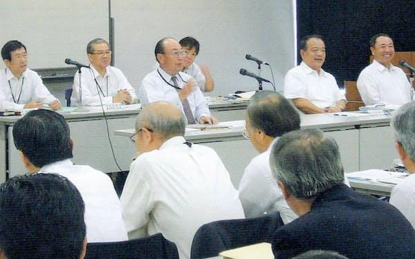 レンゴー社長就任後、事業戦略会議で部門長や工場長らに話す筆者(中央)