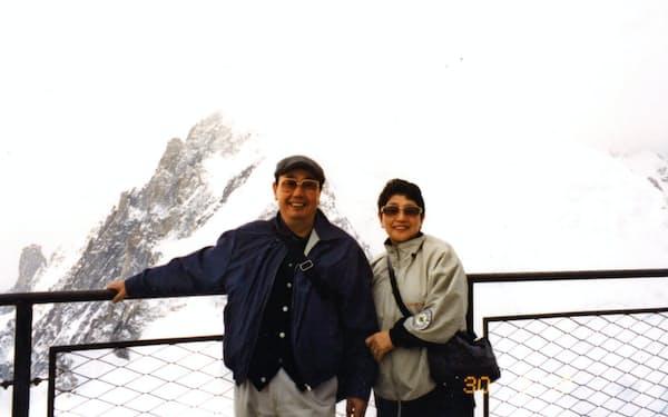 妻・圭子(右)と欧州のモンブランで