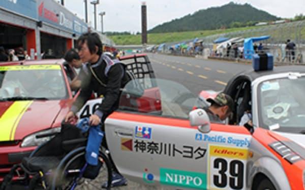耐久レースは時間が勝負。車椅子から車への乗り換えを支援する