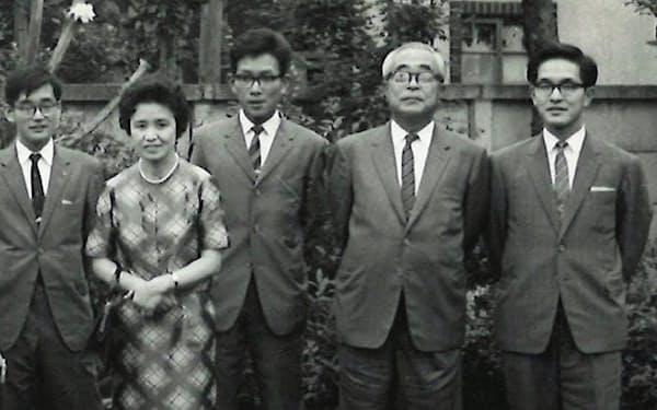 参議院議員の父(右から2人目)の公設第2秘書になる(同3人目)