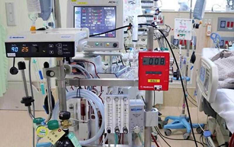 重症化した患者の一部は、体外式膜型人工肺(ECMO=エクモ)による治療も実施される