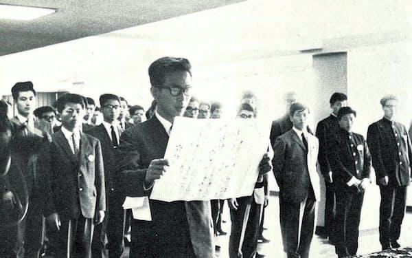 出光興産の入社式で代表宣誓をする(1964年4月1日)