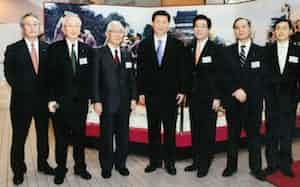 09年に中国の習近平副主席(当時、中央)が北九州市の本社を来訪した(左端が津田氏)