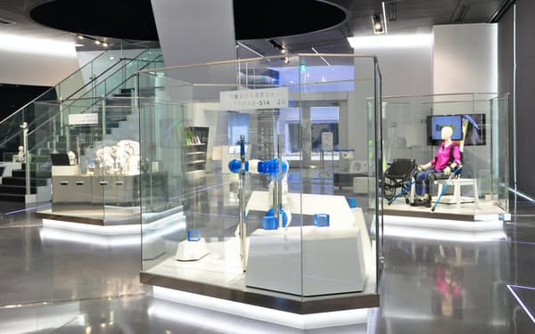 安川電機みらい館では約50台のロボットが様々な機能を紹介している(北九州市)