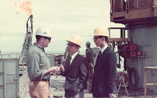 アラスカ・クック湾の原油生産施設を視察(右)