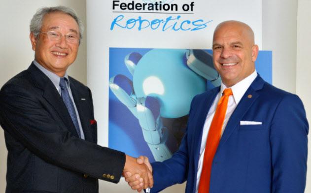 国際ロボット連盟で津田氏の前任会長だったジョー・ジェンマ氏(右)と