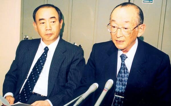 2000年5月、優先株の発行を発表する出光昭社長(右)