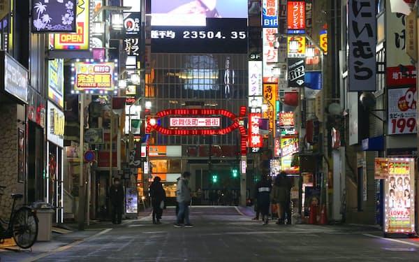 ネオンの消えた店も目立ち、人通りもまばらな新宿の歌舞伎町(16日)