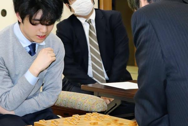 藤井聡太七段(左)ら、若手を中心にエルモ囲いを採用するプロ棋士が増えている(3月、大阪市の関西将棋会館)