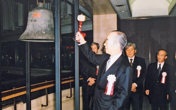 東証第1部に上場した(鐘を鳴らす筆者、2006年10月24日)