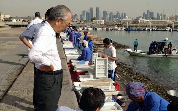 早朝、カタール・ドーハの港に魚を買いに行く(左が筆者)