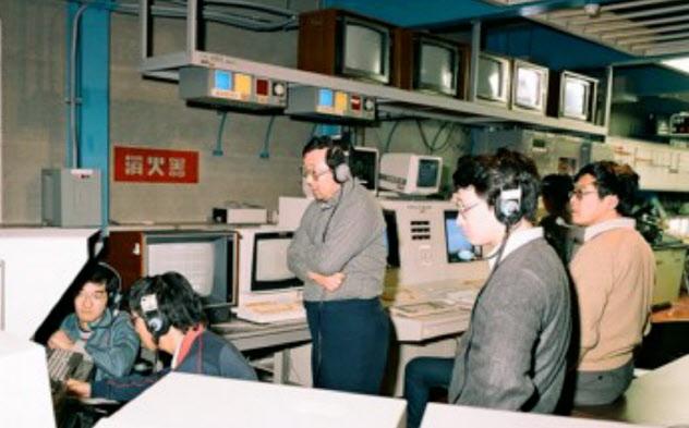ハレー彗星探査機「さきがけ」の軌道設計を担当した(右から2番目が川口氏)