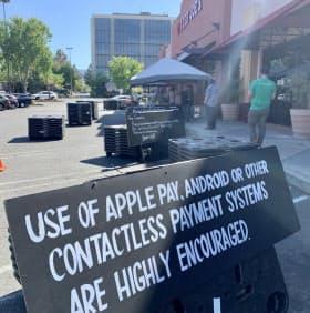 「アップルペイ」など非接触型決済を推奨する看板