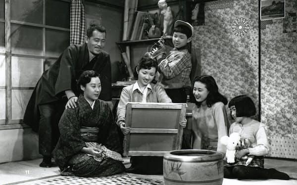 高峰秀子さんらと共演した「我が家は楽し」(1951年、中村登監督)=松竹提供