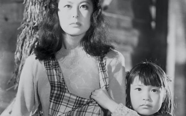 湖畔の旅館の孫娘役を演じた「獣の宿」(1951年、大曾根辰夫監督)=松竹提供