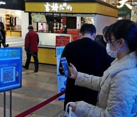 中国ではスマホで健康データを提供し、商業施設などに入る仕組みが広がる(遼寧省大連市の商業施設)