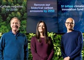 気候変動対策を発表したナデラCEO(右)とエイミー・フッド最高財務責任者(中央)、ブラッド・スミス社長(マイクロソフト提供、撮影=Brian Smale)