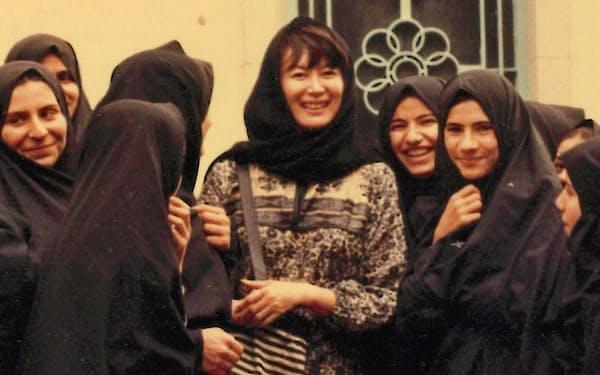 チャドルを着たイラン人女性たちと