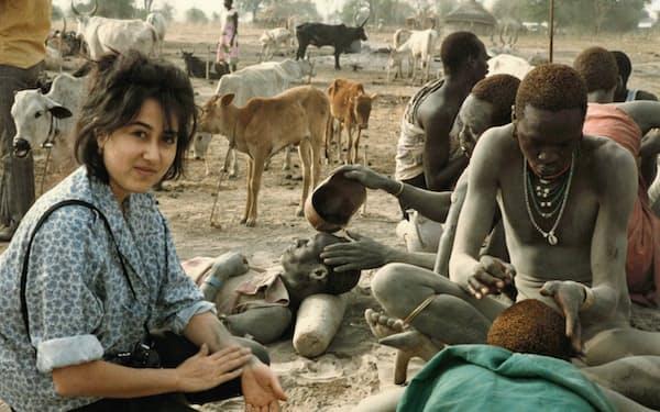 裸族をリポートする娘(スーダン南部)